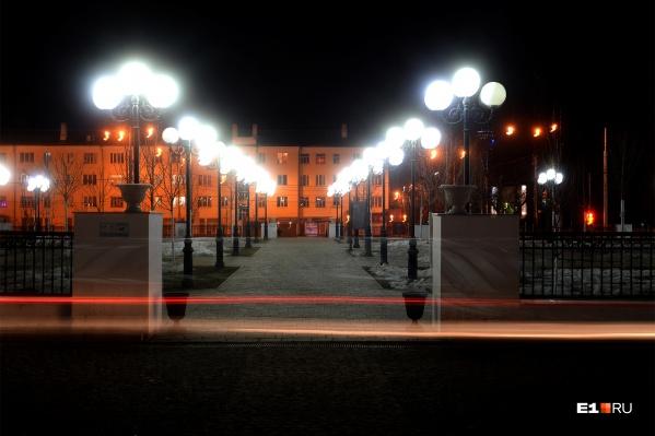 Каждую ночь сквер освещают больше семидесяти декоративных фонарей