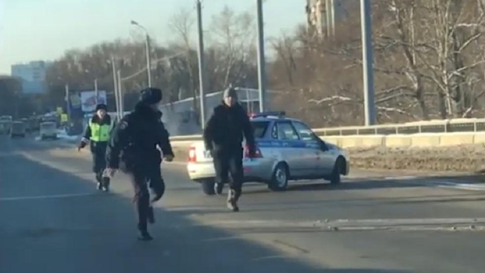 Мужчина бегал с ножом за полицейскими