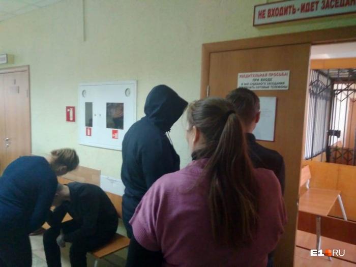 Подростки прятали лица и пытались скрыться за спинами родителей