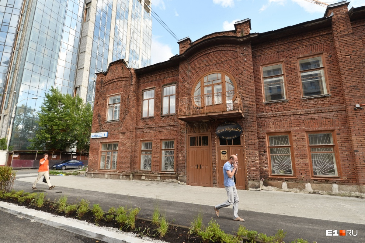 Лавка находится в красивом старинном особняке на перекрёстке Энгельса и Гоголя