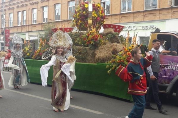 Год назад по улице Куйбышева ехали и шли цветочные процессии