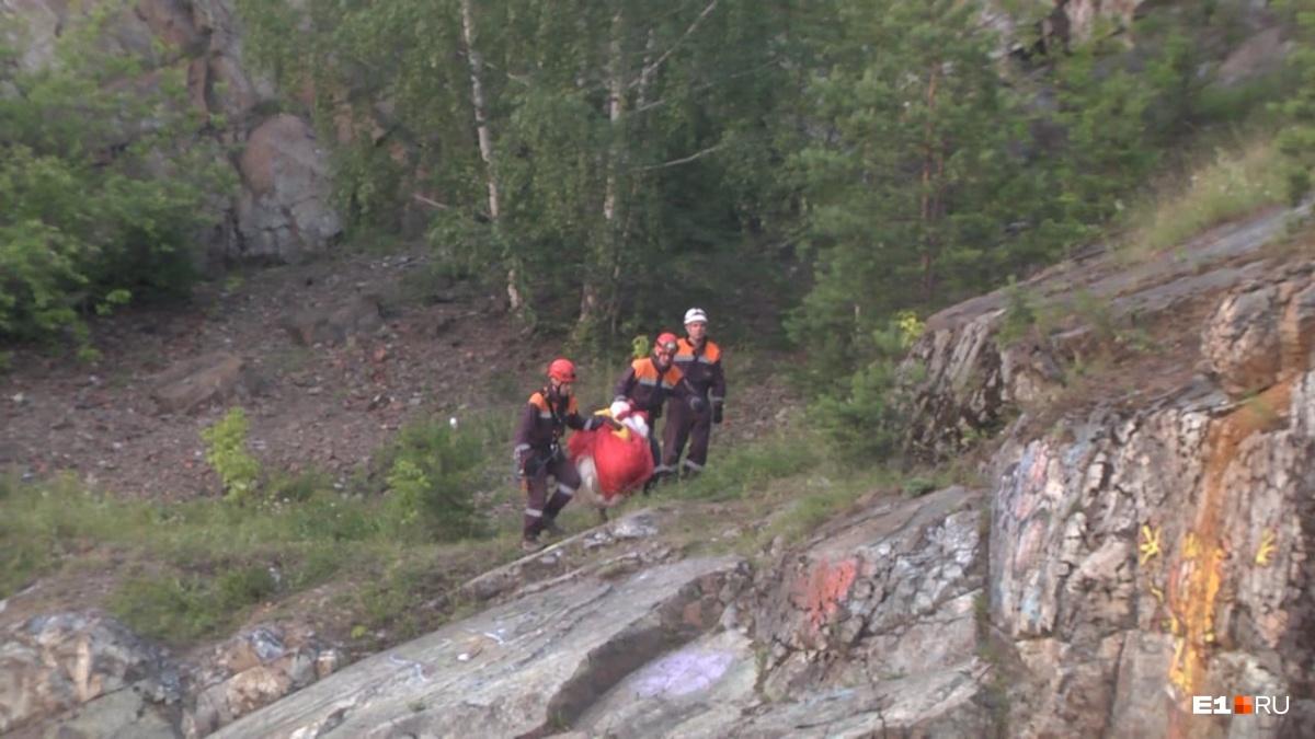 За телом поднялись спасатели