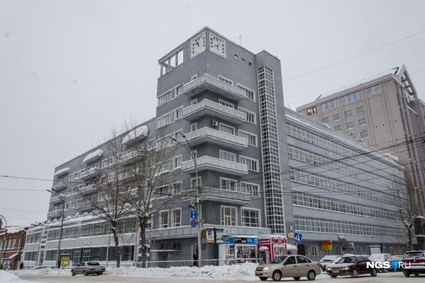 «Дом с часами» — одно из самых известных зданий Новосибирска, причём даже далеко за его пределами