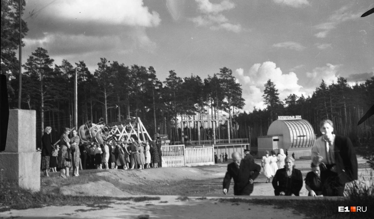 Площадь аттракционов в Центральном парке культуры и отдыха. 1955 год