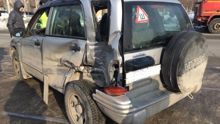 Трамвай протаранил «Сузуки» на Трикотажной: в больницу попали два человека