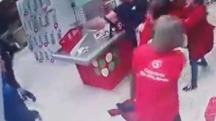 Конфликт в магазине «Пятерочка» в Березниках закончился стрельбой. Видео