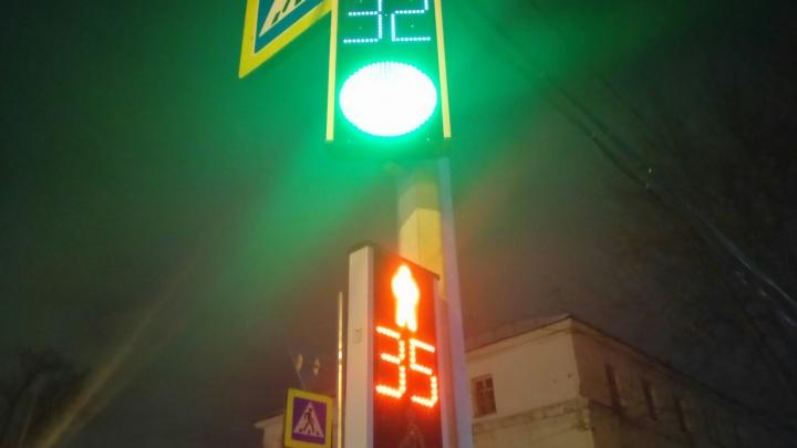 На площади Сибиряков-Гвардейцев заработали новые светофоры