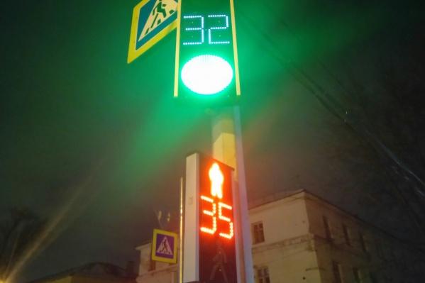 Рабочие не только установили новые светофоры, но и обновили знаки «Пешеходный переход»