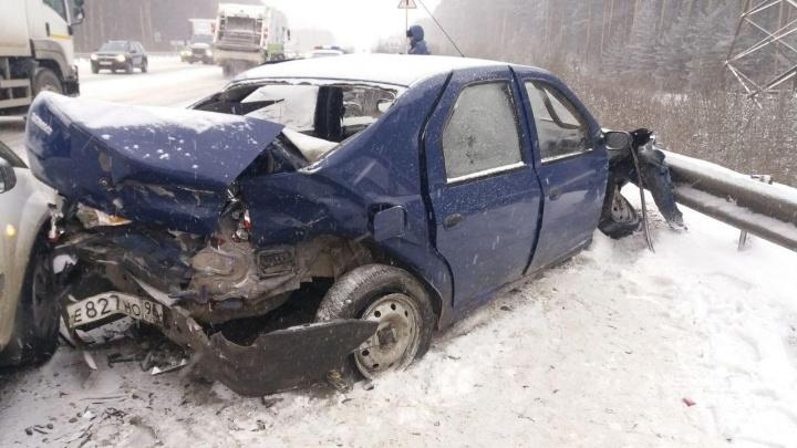 «Сзади врезался красный грузовик и уехал»: на ЕКАД произошла массовая авария
