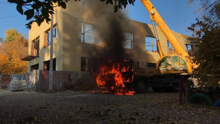 В Таганроге загорелся подъемный кран