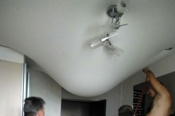 Провисший натяжной потолок