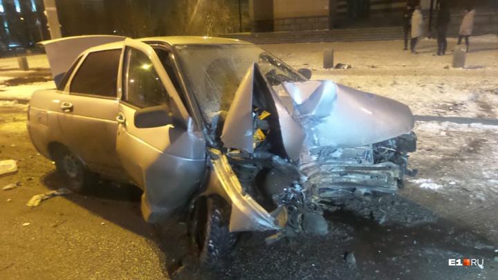 Во Втузгородке пьяный водитель на большой скорости врезался в дерево