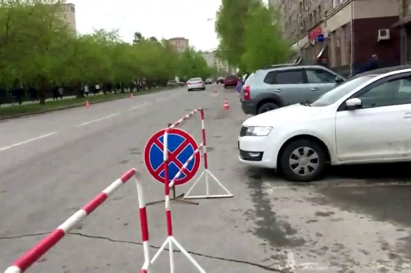 Новосибирские блогеры Денис Новичков и Антон Соколов обнаружили возле мэрии знаки «Остановка запрещена», которые поставили специально для парковки депутатов