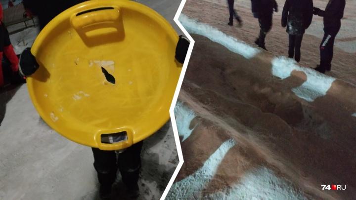 «Дети калечатся»: челябинцы пожаловались на ледяную горку с дырами