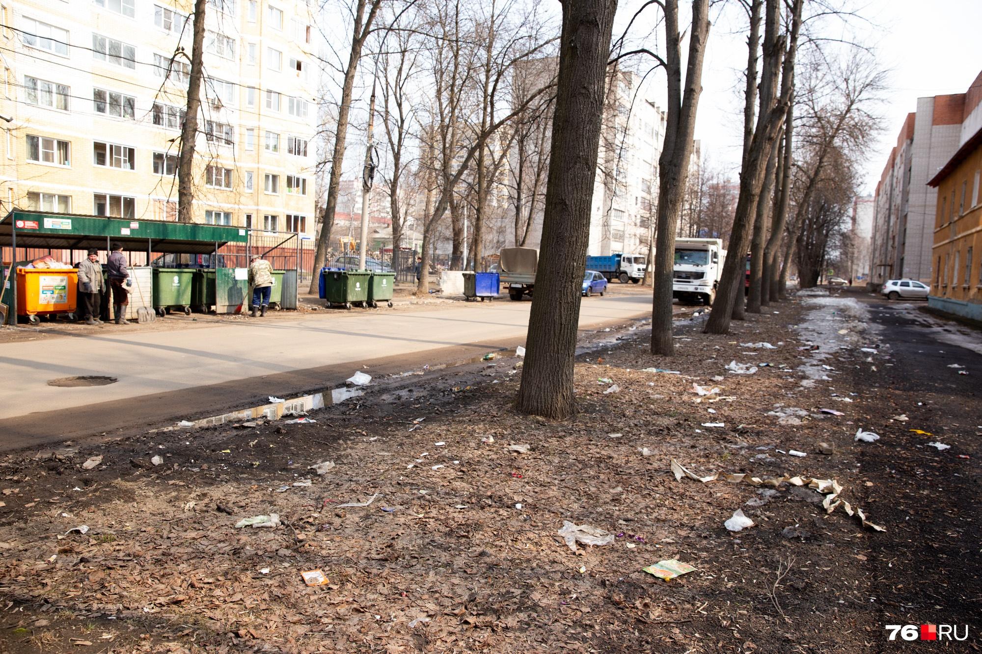 К некоторым площадкам уже пришли люди прибираться, но ветром мусор уже разнесло по всему району