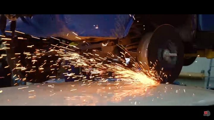 Новосибирец распилил крышу «Жигулей» колесом