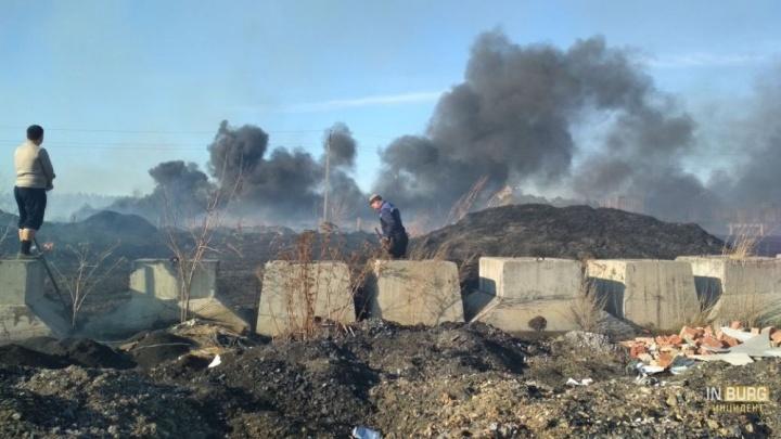 Огромный столб дыма: в Екатеринбурге горят поля