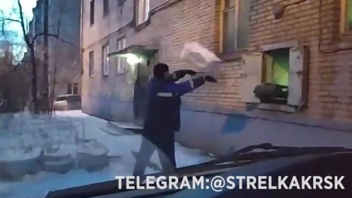 Работника «Почты России» застали за швырянием посылок у отделения