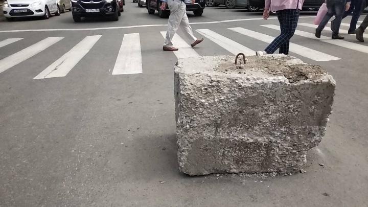 На перекрёстке Ленина и Советской забыли кусок бетона