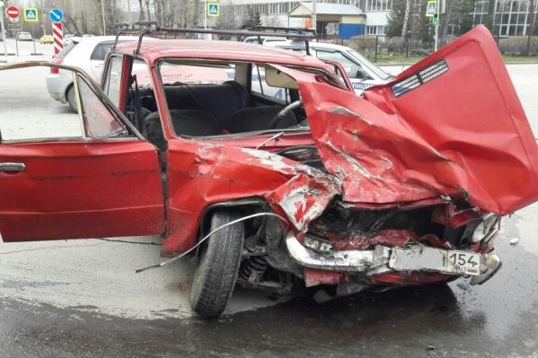 «Жигули» после аварии на перекрестке ул. Героев Революции и Эйхе