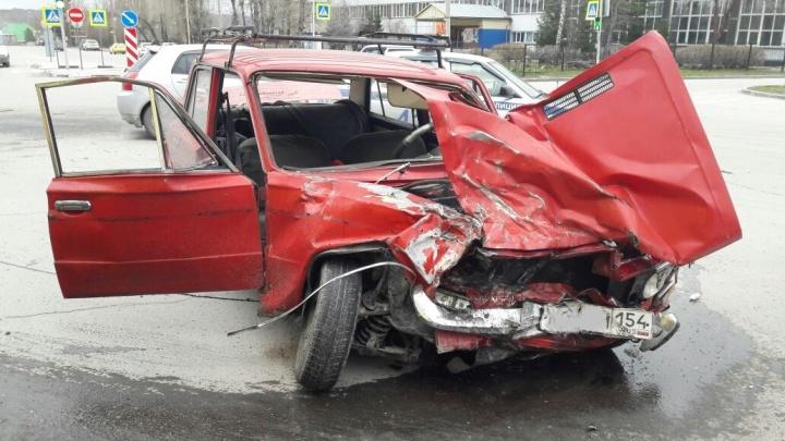 «Жигули» с 74-летним водителем превратились в груду металла после ДТП с грузовиком