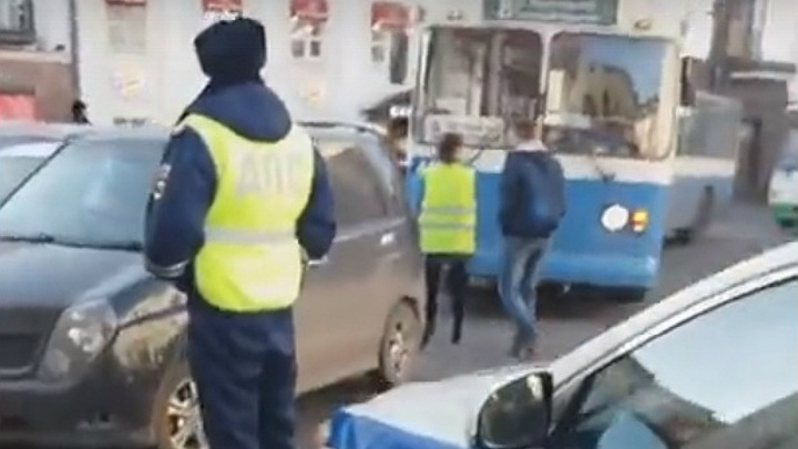 «Не до парковки, когда голоден»: в центре Ярославля машина парализовала движение транспорта
