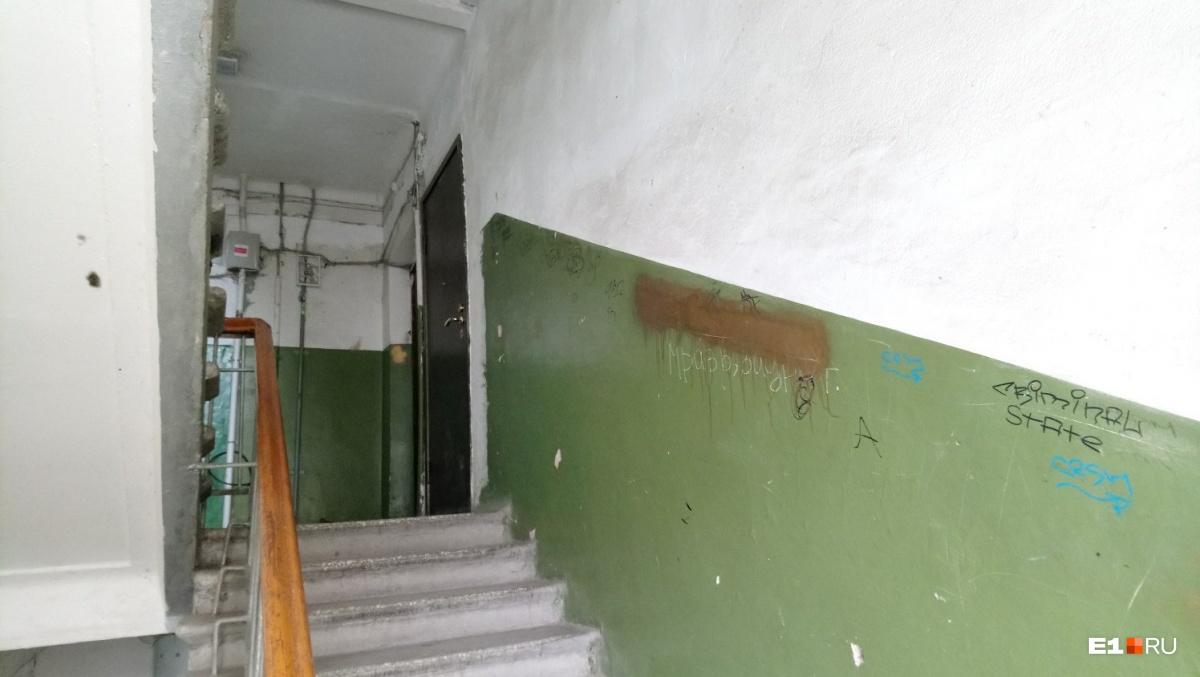 По словам соседей, в последнее время в квартиру Марии часто приходили полицейские