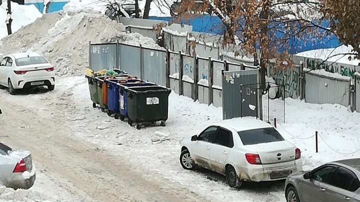 «Площадку должна очистить УК»: самарцам объяснили, почему рабочие не ставят мусорные баки на место