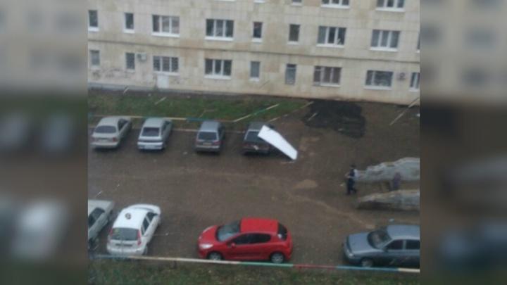 На автомобиль в Октябрьском упал металлический лист