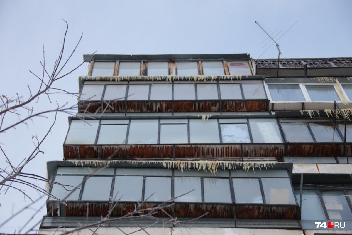 В результате крупной коммунальной аварии пострадал девятиэтажный дом на проспекте Победы