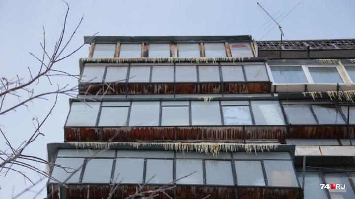 Пострадали 20 квартир: как жителям залитой насквозь челябинской многоэтажки компенсируют ущерб