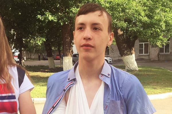 Девятиклассник Юра после больницы: его диагноз — слепая огнестрельная рана задней поверхности правого плеча