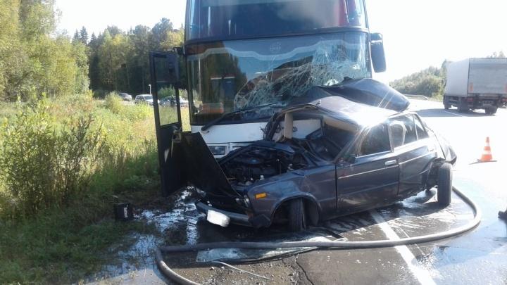 На Серовском тракте автобус протаранил «шестёрку»: погиб водитель ВАЗа