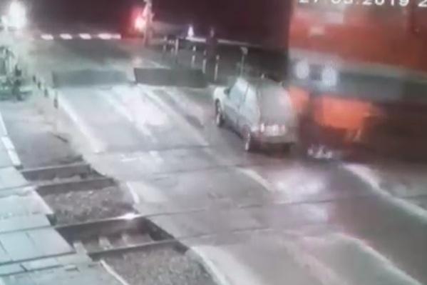 Парень на «восьмёрке» хотел проскочить железнодорожный переезд
