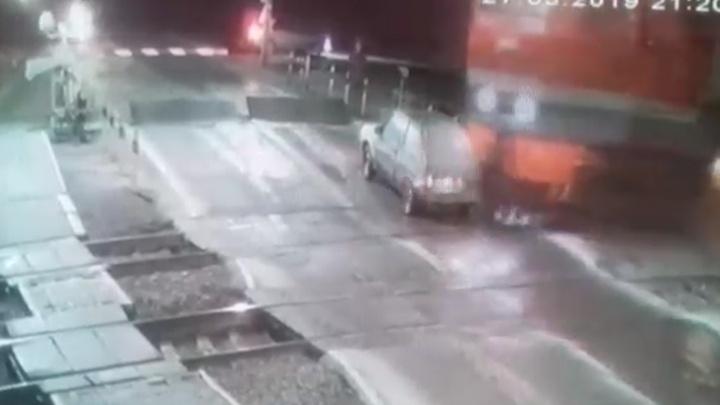 «Заглох на путях»: в Челябинской области поезд протаранил легковушку 19-летнего автомобилиста