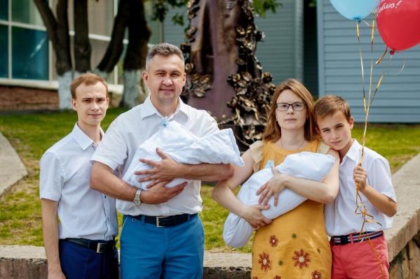 СемьяЗахорольных у дверей роддома после рождения близнецов