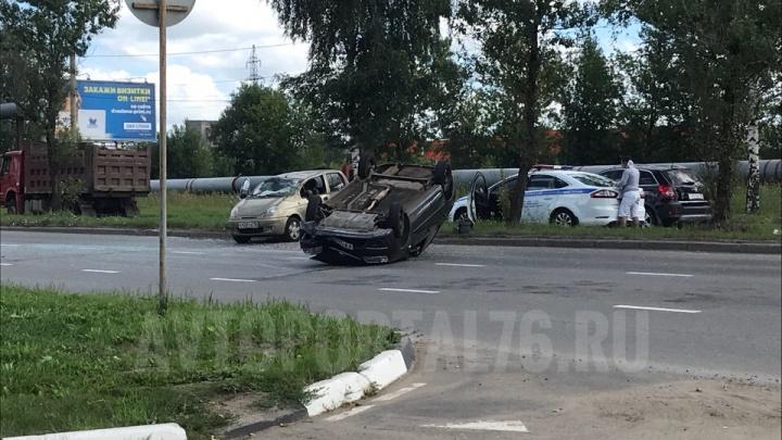 Серьёзное ДТП в Ярославле: легковушка перевернулась на крышу