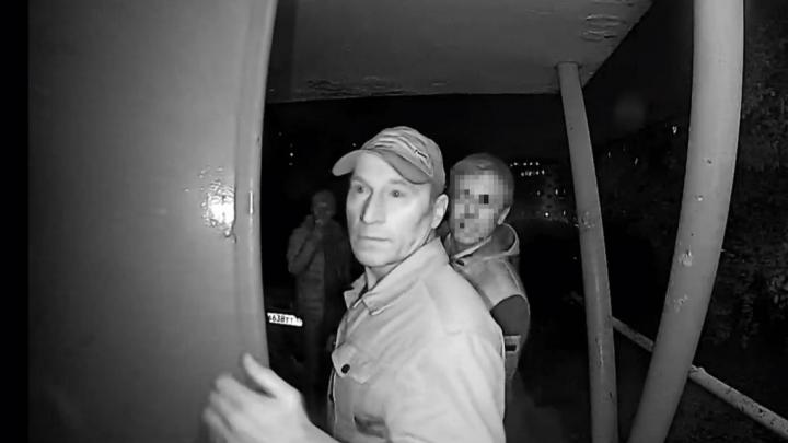В подъезд, где напали на челябинку, привели нового подозреваемого (он похож на преступника с видео)