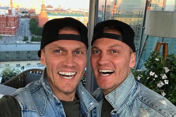 39-летние Сергей и Андрей живут и работают в Москве. Оба хотят стать мужьями Ольги Бузовой, экс-ведущей скандального телешоу на ТНТ. Съёмки проходят в Италии