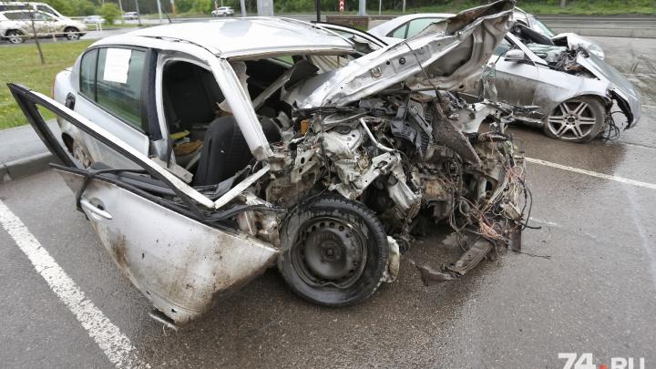 «Не автохлам, а страшное предупреждение»: возле «Родника» открылась выставка разбитых в ДТП машин