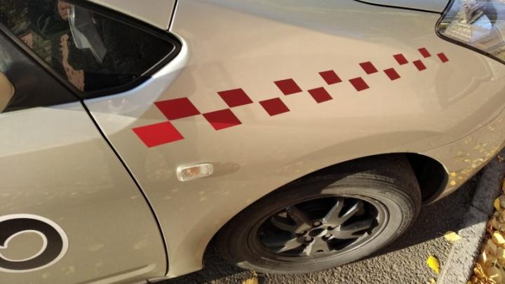 Водитель налепил на машину знаки такси и выдавал себя за таксиста: его поймали и оштрафовали