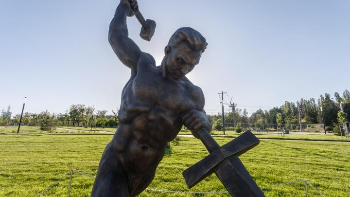 «Перекуём мечи на орала»: в мемориальном парке установили знаменитую скульптуру Вучетича