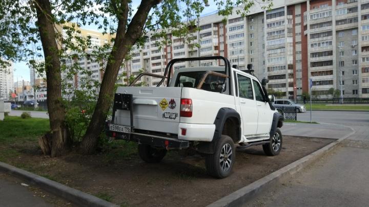 «Я паркуюсь как...»: мишень для эвакуатора и удивительное равнодушие к газонам