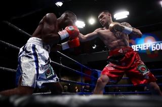 В главном бое вечера уральский боксер дважды отправил соперника в нокдаун