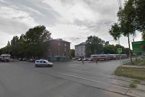 Сейчас трамваи № 13 и 21, которые курсируют по Ставропольской от проспекта Кирова, могут проехать только прямо