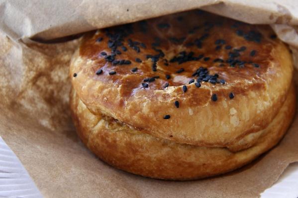 Особенность новозеландских пирогов вв том, что в начинке много густого соуса