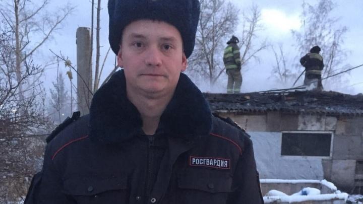 Росгвардеец вынес шестилетнего ребёнка из горящего дачного дома