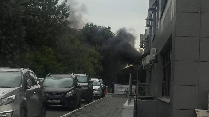 Из-за пожара в сквере над центром Челябинска поднялся столб чёрного дыма