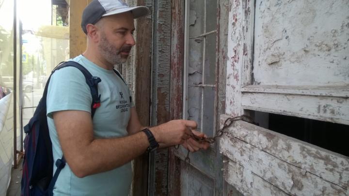 Взяли ситуацию в свои руки: ростовские активисты повесили замок на дом Кисина, облюбованный бомжами