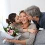 Скоро День матери: какие подарки заставят маму прослезиться от счастья